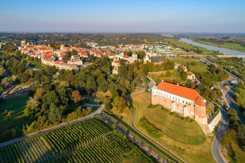 Sandomierz, Polen Schloss und alte Stadt Schattenbild des kauernden Gesch?ftsmannes lizenzfreie stockbilder