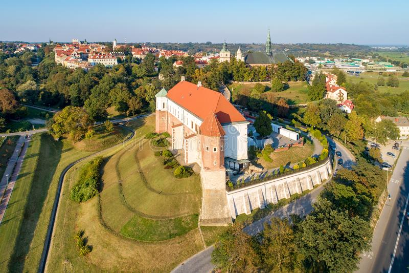 Sandomierz, Polonia Castillo y ciudad vieja Silueta del hombre de negocios Cowering imágenes de archivo libres de regalías