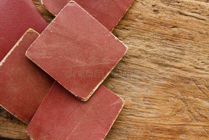 Sandpapier auf Plankenholzhintergrund stockfotos