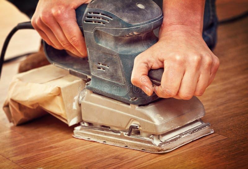 Sandpapierschleifmaschine in der Tätigkeit stockfoto