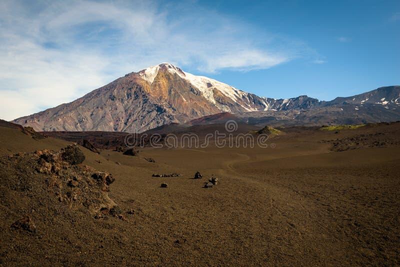 Sandpappra banan till och med öknen till överkanten av den Tolbachik vulkan arkivbilder
