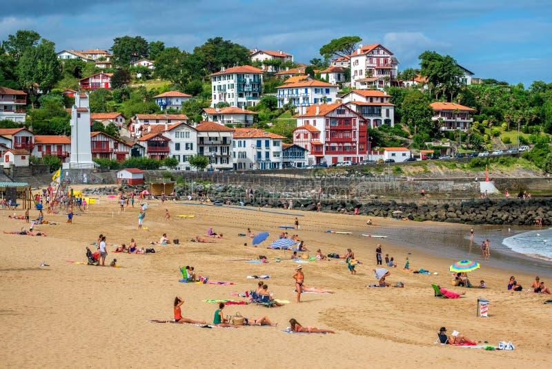 Sandpappra stranden i den basque staden Saint-Jean-De Luz, Frankrike arkivfoton