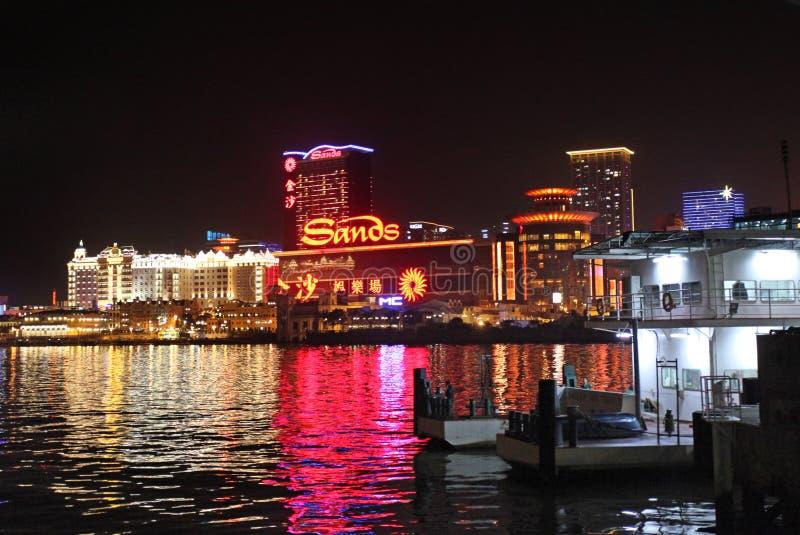 Sandpapprar kasinot vid natt, Macao arkivbilder