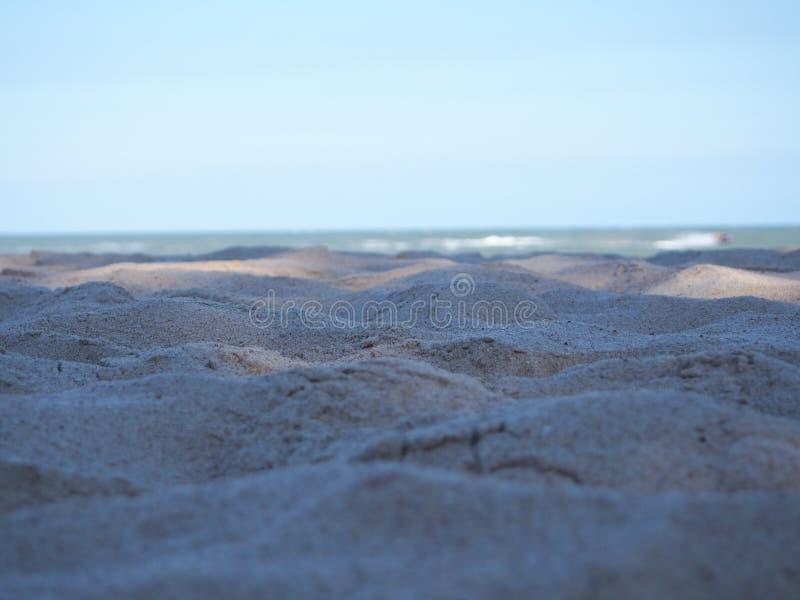 Sandperlen am Strand des Meeres von Thailand stockbild