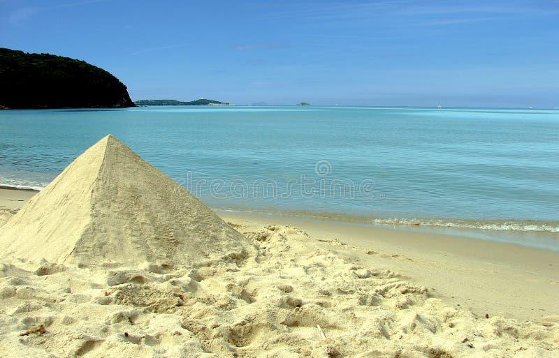 Sandpyramide auf Strand stockfotos