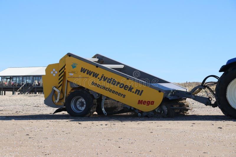 Sandreinigungsbesenmaschine auf dem Strand des Monsters in den Niederlanden entlang der Nordsee-Küste stockbilder