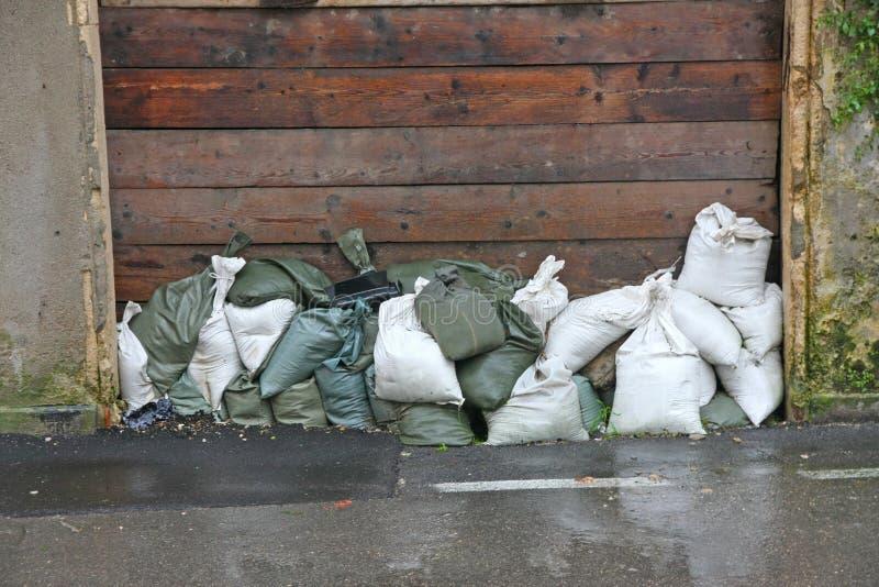 Sandsäckar som ska skyddas mot översvämningen av floden under floen arkivbild