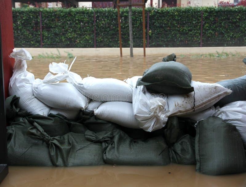 Sandsäcke in der reißenden Flutverteidigung stockfoto