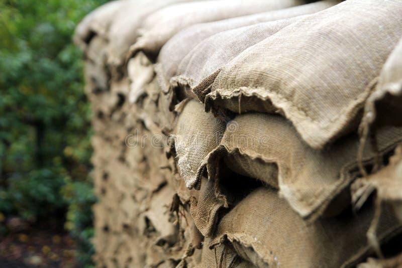 Sandsäcke, die den Eingang zu einem neu erstellten Graben WW1 schützen lizenzfreie stockfotografie