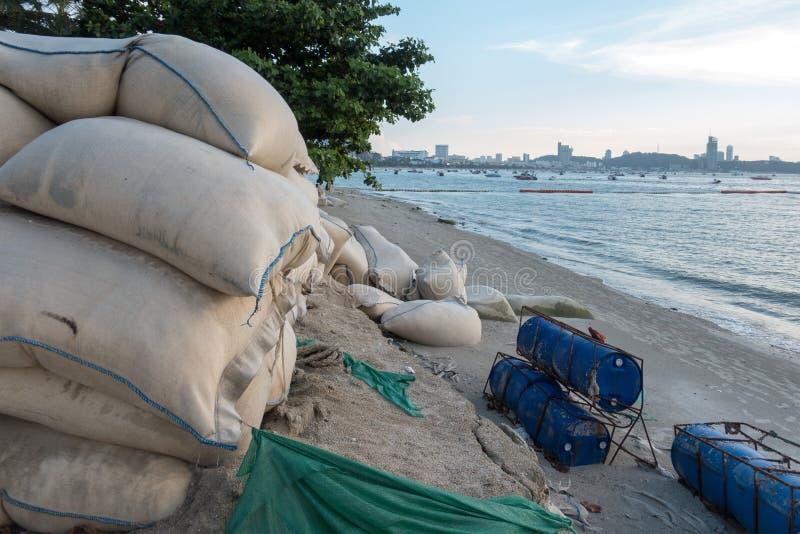 Sandsäcke schützen Abnutzung entlang dem Pattaya-Strand, Chonburi, thailändisch stockbild