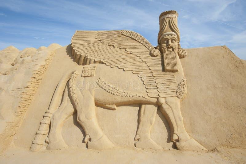 Sandskulptur av den Lamassu guden arkivfoto
