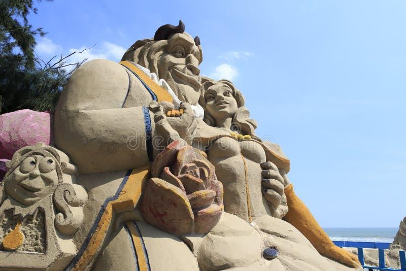 """Sandskulptur """"för skönhet och för fät"""" arkivfoton"""