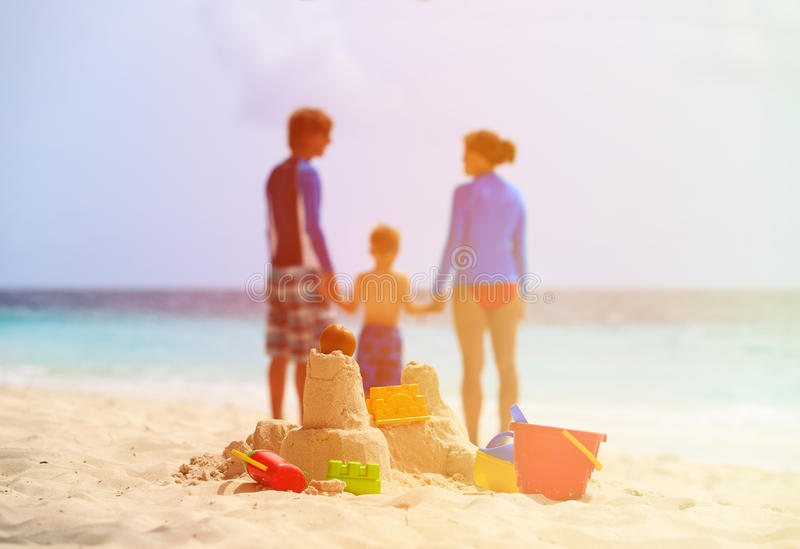 Sandslott på den tropiska stranden, familjsemester royaltyfri bild