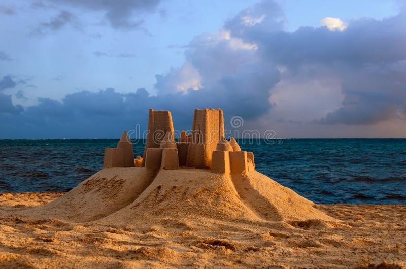 Sandslott på en tropisk strand nära havet arkivfoton