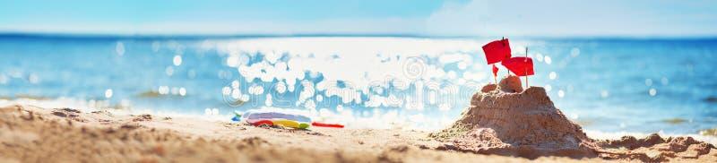 Sandslott på havet i sommartid royaltyfri foto