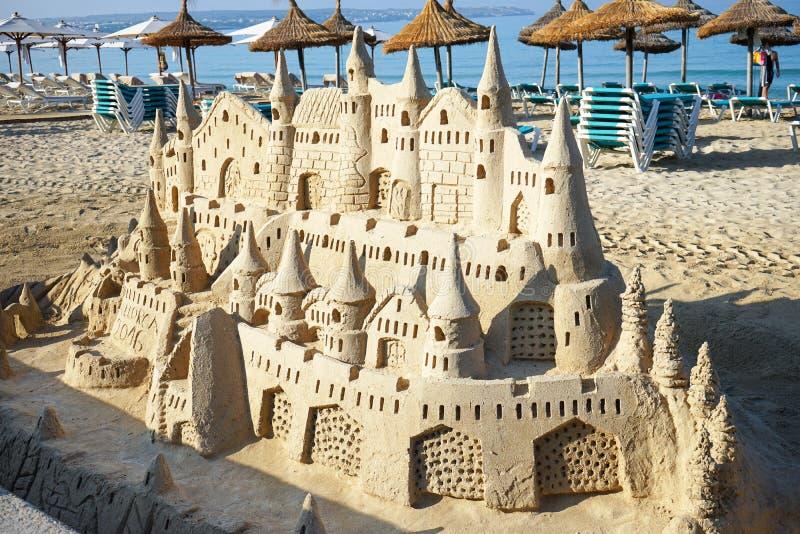 Sandslott på stranden royaltyfri bild