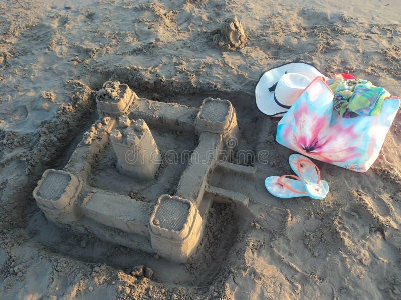 Sandslott på stranden av semesterortstaden av sidan royaltyfri fotografi