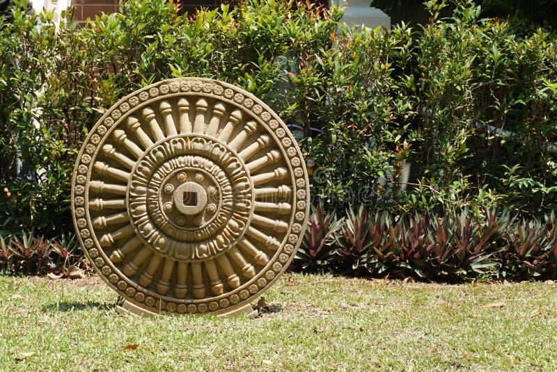 Sandstein, der Dhamma-Rad sich sehnt lizenzfreie stockfotos