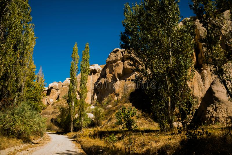 Sandsteinanordnungen im Zemi Tal nahe Stadt Goreme, Cappadocia, Turkey stockbilder