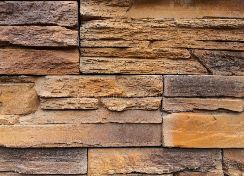Sandsteinbeschaffenheiten Für Innen- und Außendekoration Der Hintergrund ist bunt gelb braun grau stockfotografie