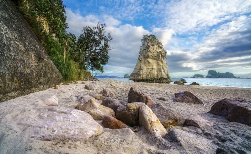 Sandsten vaggar monoliten bak stenar i sanden på domkyrka c fotografering för bildbyråer