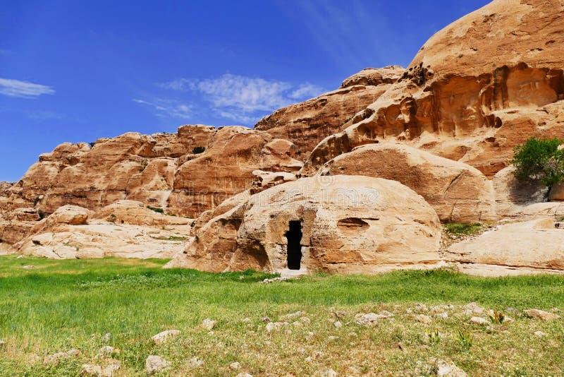 Sandstenkullar och Vagga-snitt struktur i liten Petra, Jordanien royaltyfri foto
