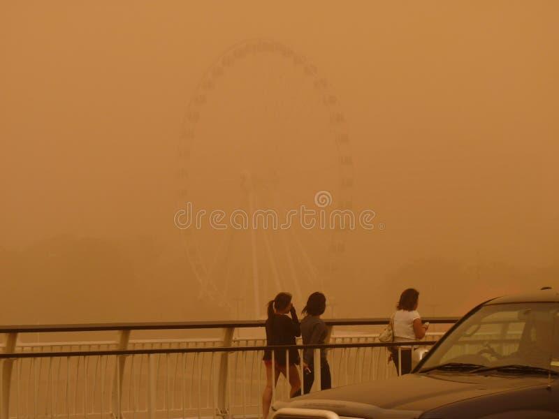 Sandstorm i Brisbane Australien - sikt av Brisbane CBD och den Brisbane floden i dag arkivbild