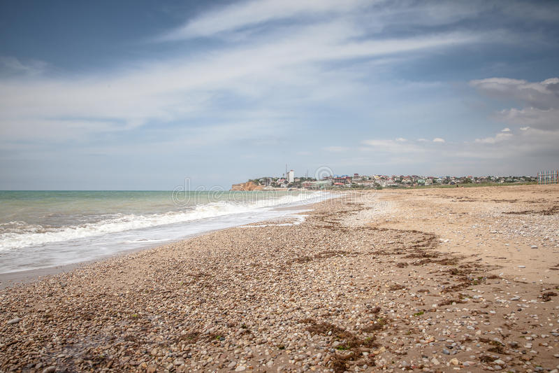 Sandstrand durch Küste in Krim stockbild