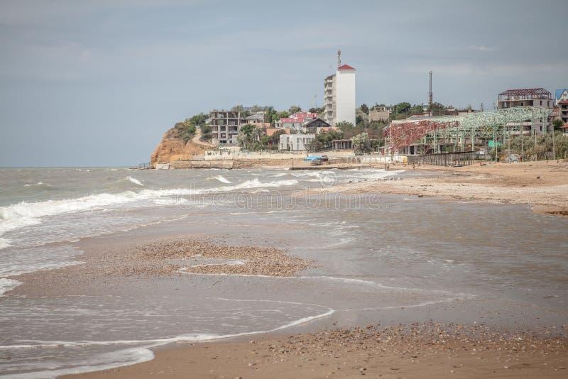 Sandstrand durch Küste in Krim lizenzfreie stockbilder