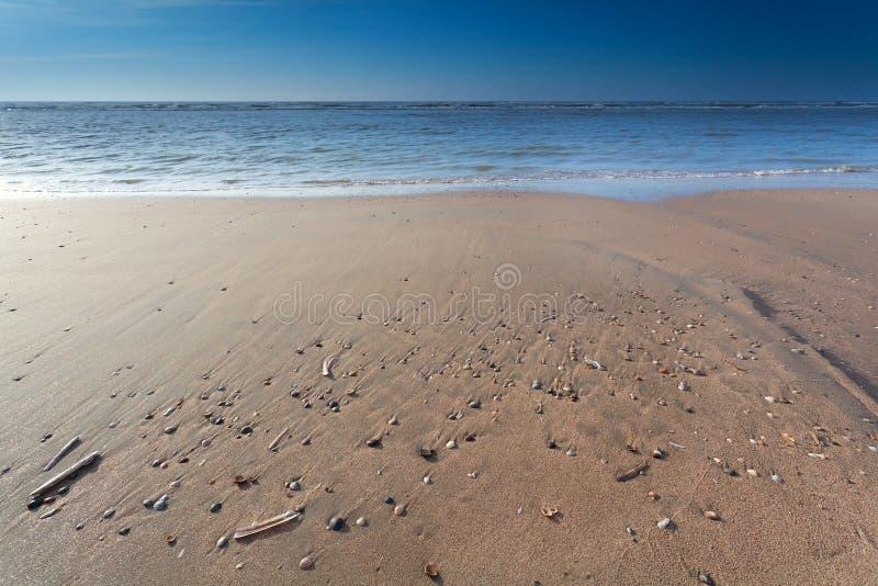 Sandstrand på Nordsjön på lågvatten arkivbild