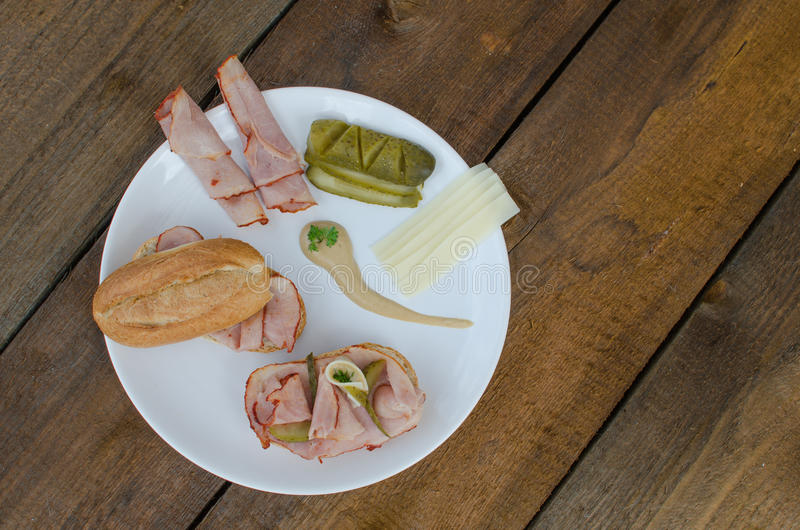 Sanduíche aberto com queijo, baquette, presunto imagens de stock royalty free