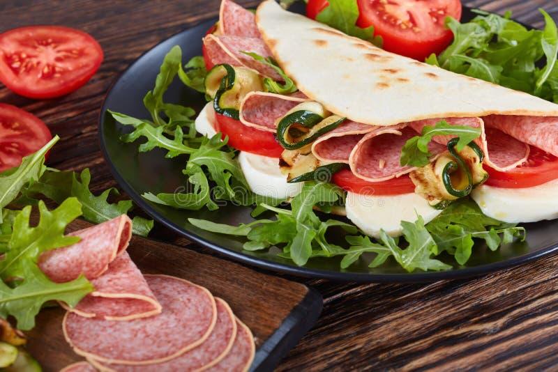 Sanduíche aberto - piadina italiano com salame imagens de stock