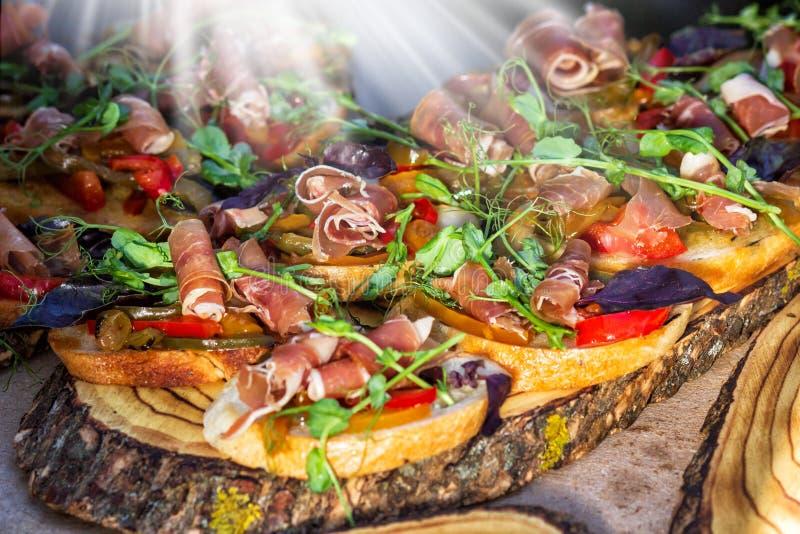Sanduíche aberto Smorrebrod do dinamarquês com os salmões no pão de centeio com vegetais e ervas Alimento da restauração imagens de stock royalty free