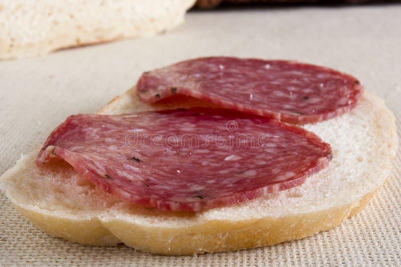 Sanduíche clássico com salame fotografia de stock