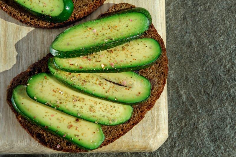 Sanduíche com abacate sem sementes Abacate sem alguma semente Abacate do cocktail Abacate do pepino Presente genético novo f das  fotos de stock royalty free