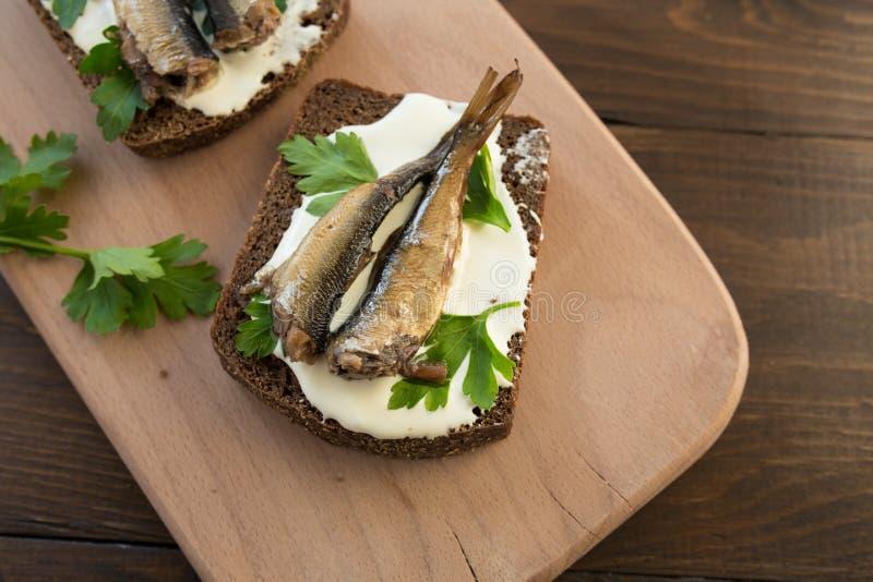 Sanduíche com arenques pequenos imagens de stock royalty free