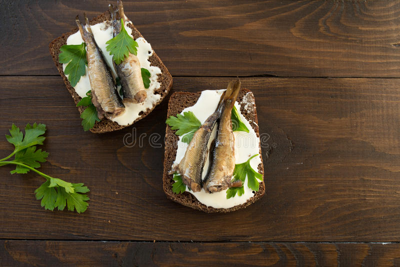 Sanduíche com arenques pequenos imagens de stock