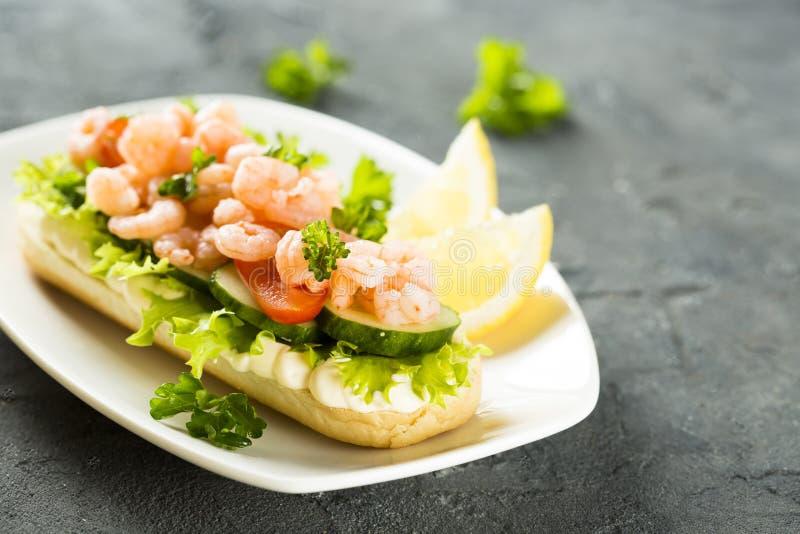 Sanduíche com camarões foto de stock