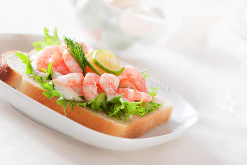 Sanduíche com camarões foto de stock royalty free