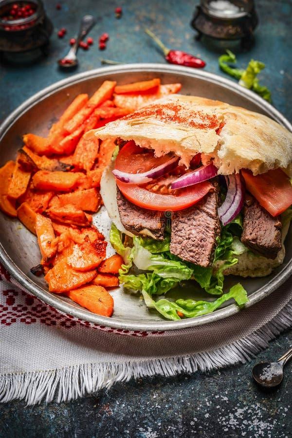 Sanduíche com carne roasted, os legumes frescos e as batatas doces fotos de stock