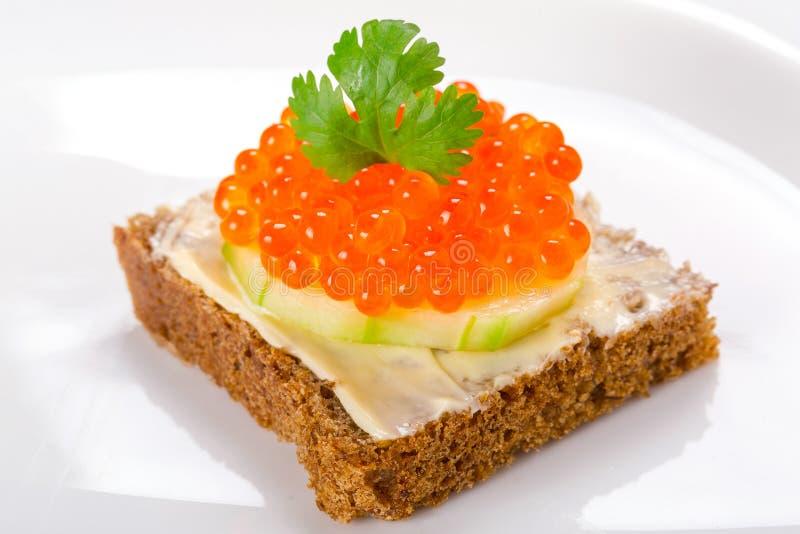 Sanduíche com caviar vermelho fotos de stock royalty free