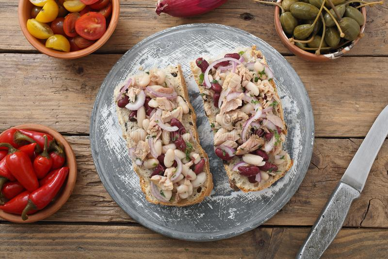 Sanduíche com cebola e feijões do atum foto de stock
