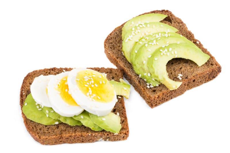 Sanduíche com o abacate e o ovo cozido isolados no branco foto de stock royalty free