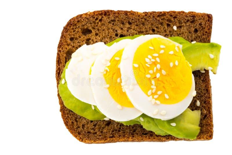 Sanduíche com o abacate e o ovo cozido isolados no branco fotografia de stock royalty free