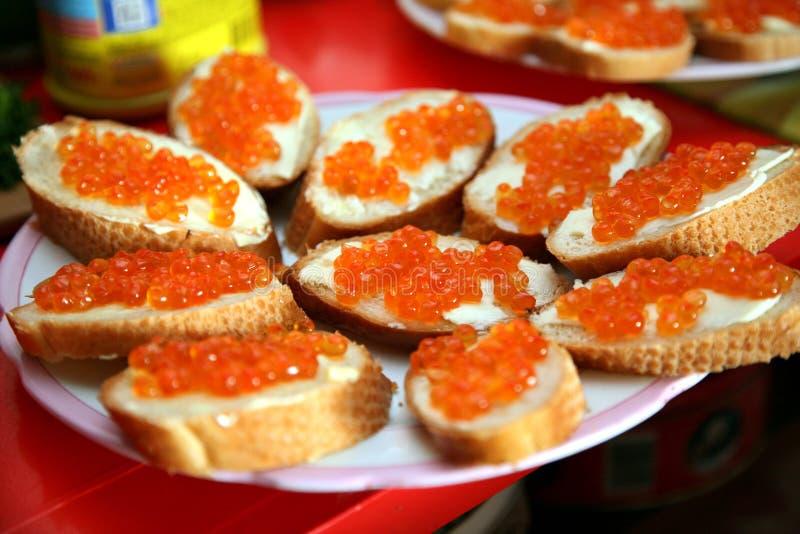 Sanduíche com o caviar vermelho no pão branco Tabela festiva do Natal Comemore o ano novo imagem de stock