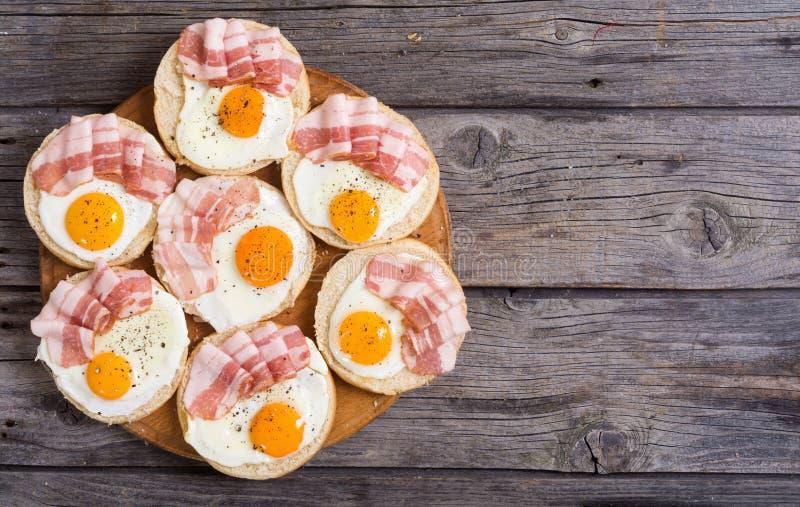Sanduíche com ovos e bacon fotos de stock royalty free