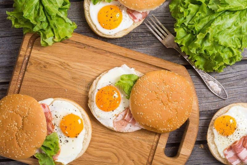Sanduíche com ovos e bacon foto de stock