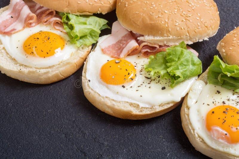 Sanduíche com ovos e bacon fotografia de stock royalty free