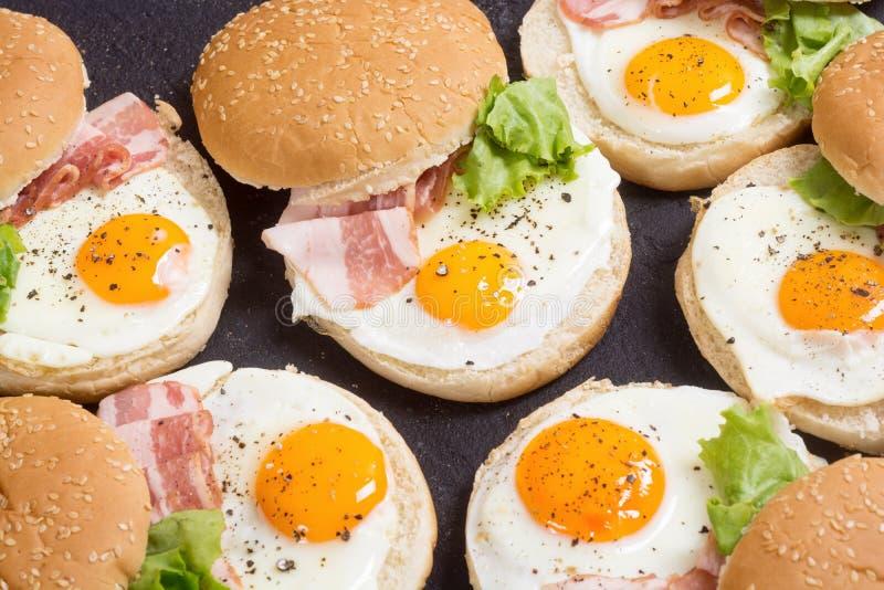 Sanduíche com ovos e bacon imagem de stock
