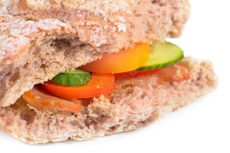 Sanduíche com pão, vegetais e bacon do ciabatta no branco foto de stock